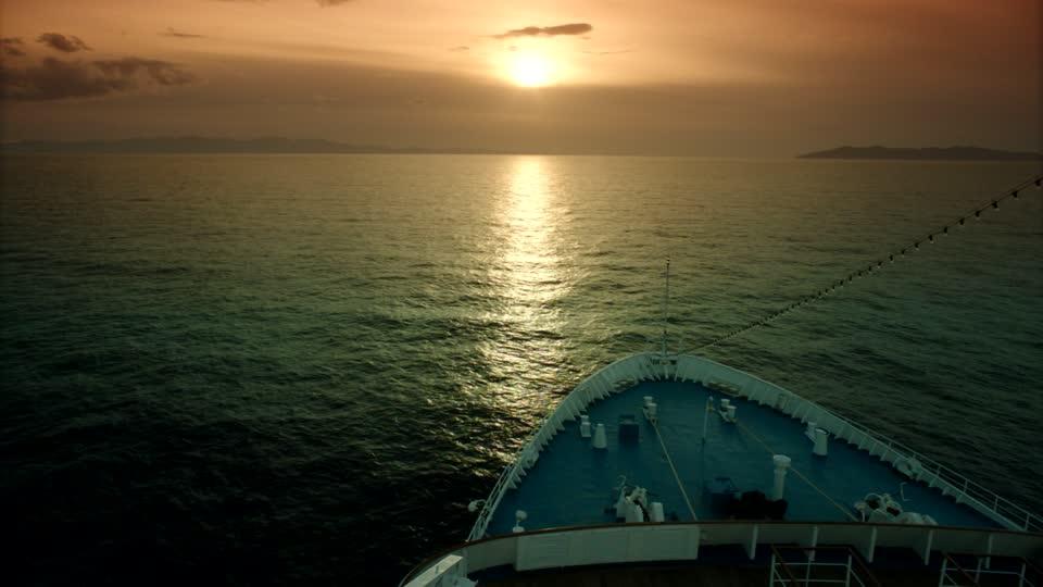 233275881-croisiere-proue-bateau-de-croisiere-horizon-sur-l'eau.jpg